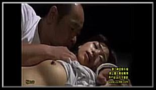 아들이 출장간 틈을노려 자고있는 며느리방에 침입