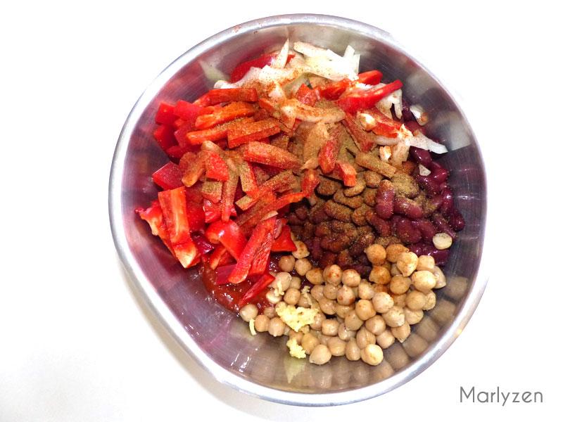 Mélangez la sauce avec les haricots, pois chiches, poivron, etc.