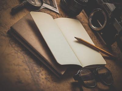 Cuaderno en blanco sobre mesa y con lápiz
