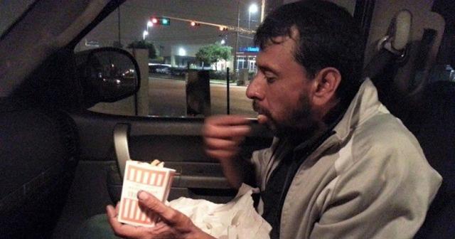 Αγόρασε σε έναν Άστεγο Άντρα φαγητό. Μόλις ο Άντρας συνειδητοποίησε ΑΥΤΟ, ξέσπασε σε δάκρυα