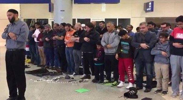 Dilarang Masuk Amerika, Puluhan Penumpang Muslim Shalat di Bandara Dallas AS