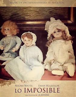 Cartel de la película lo imposible con muñecas de porcelana