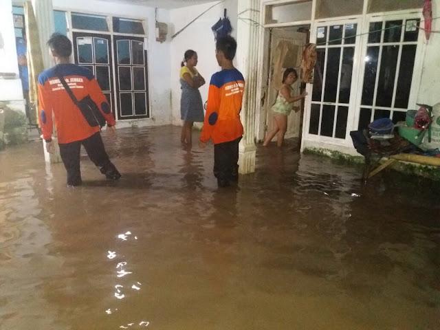 Relawan mdmc melakukan asessment warga terdampak banjir
