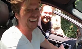 Wietze de Jager en Chris Bergström dansen naast rijdende auto