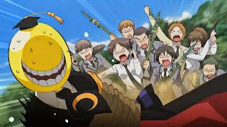 Koro-sensei i goniący go uczniowie z bronią z klasy 3-E gimnazjum