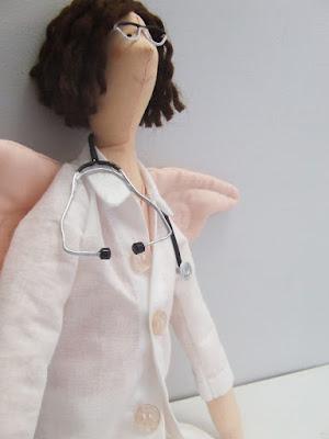 Krysia to uszyła - anielica lekarka uszyta na zamówienie z pięknym stetoskopem