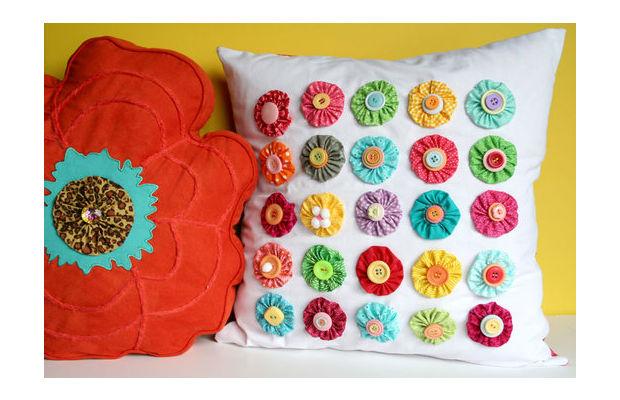 Cómo hacer cojines decorados con flores de tela y botones ~ lodijoella