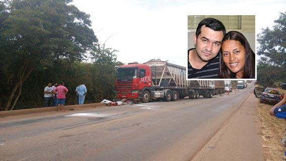 Carreta bitrem e caminhão baú esmagam casal de moto na BR 364 e morte é transmitida Ao Vivo no Facebooko