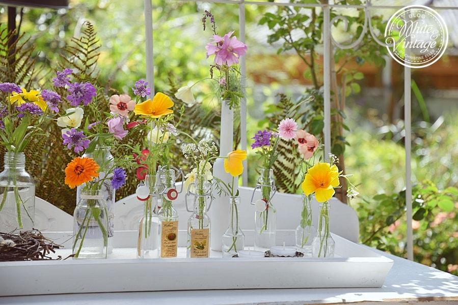 Tablett sommerlich dekorieren.
