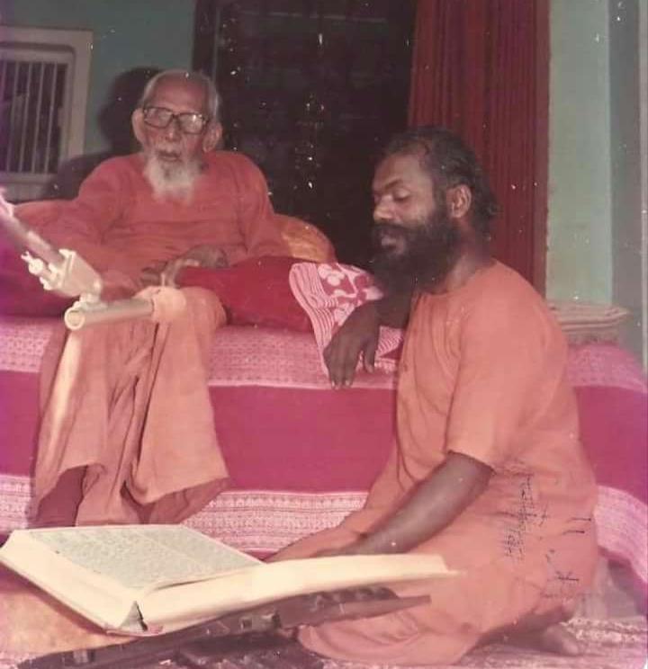 रामायण पाठ सुनते हुए गुरुदेव।