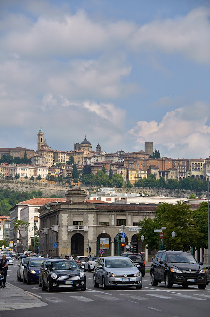widok z dolnego miasta na Bergamo