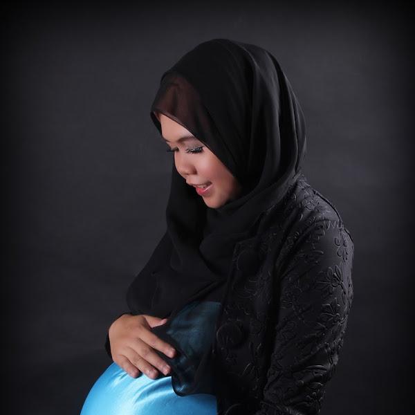 Maternity Photoshoot With Hijab