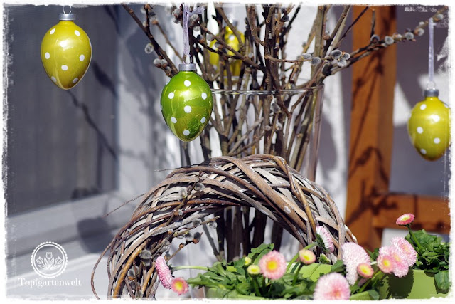 Gartenblog Topfgartenwelt Osterdeko: Palmbuschen mit Ostereiern in Grüntönen aus Glas