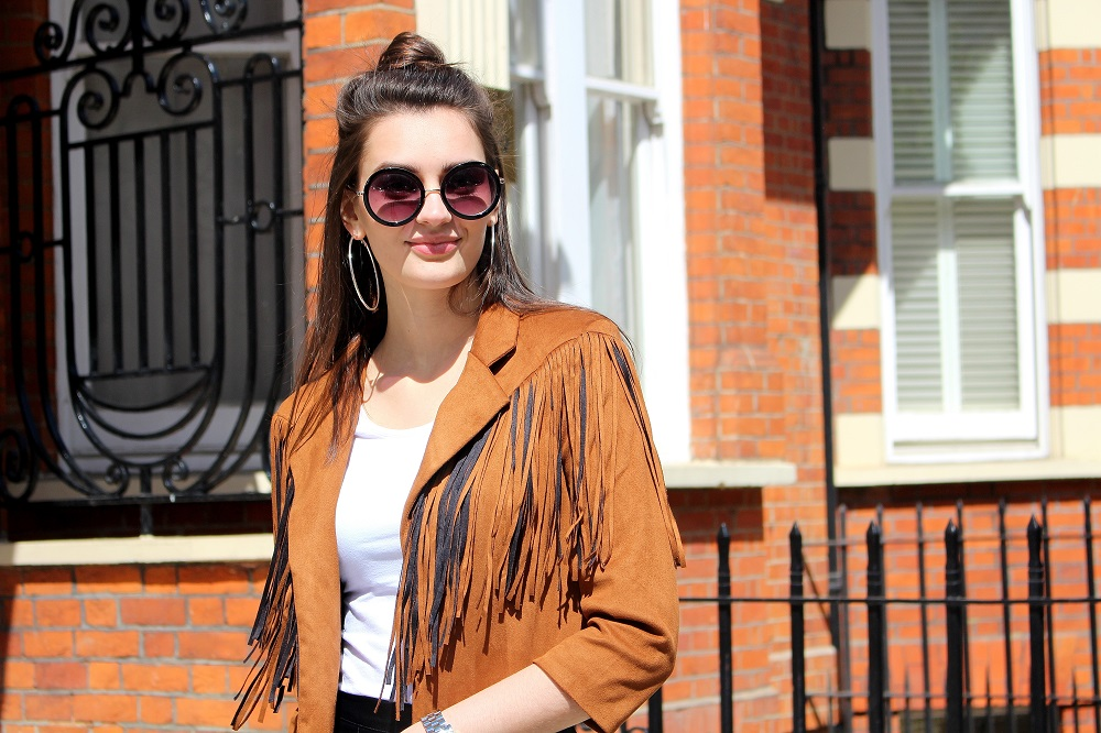 peexo-fashion-blogger-wearing-fringe-jacket-and-white-tshirt-and-round-sunglasses-in-spring=70s=inspired