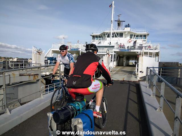 Cogiendo el ferry en Royan con bicicleta. Francia