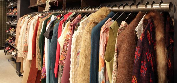0c35d75333f As lojas de roupas usadas são um pouco como a caverna de Ali Baba... Com  muita variedade