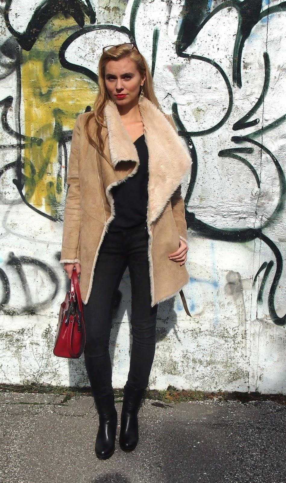 červená kabelka, jesenná a zimná móda. fashion blog