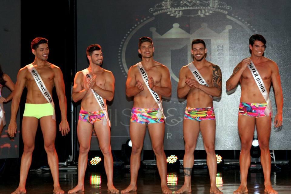 Willian Herculano, Jonatas Mozzer, Felipe Cerutti, Caique Aguiar e Raphael Roriz mostram corpos sarados no desfile de traje de banho - Foto: Salani Antônio