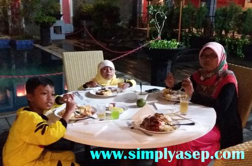 KELUARGA :  Memboyong keluarga menikmati santap malam BBQ yang ditawarkan oleh Mercure 5 November 2016 lalu.  Foto Asep Haryono