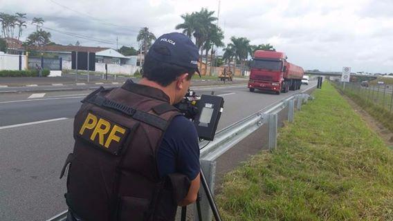 PRF realiza operação de controle de velocidade na Régis Bittencourt
