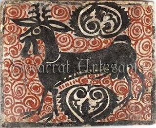 Socarrat del Siglo XV con un macho cabrío en manganeso y decoración en óxido de hierro. Horror vacue. Socarrat Artesanía
