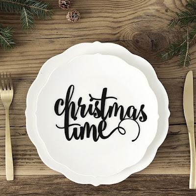 Jak udekorować świąteczny stół w restauracji? Nowoczesne dekoracje świąteczne w czarno-białej kolorystyce