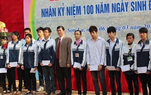 Đ/c Cầm Ngọc Minh – Phó Bí thư tỉnh ủy, Chủ tịch UBND tỉnh trao học bổng cho các em học sinh.