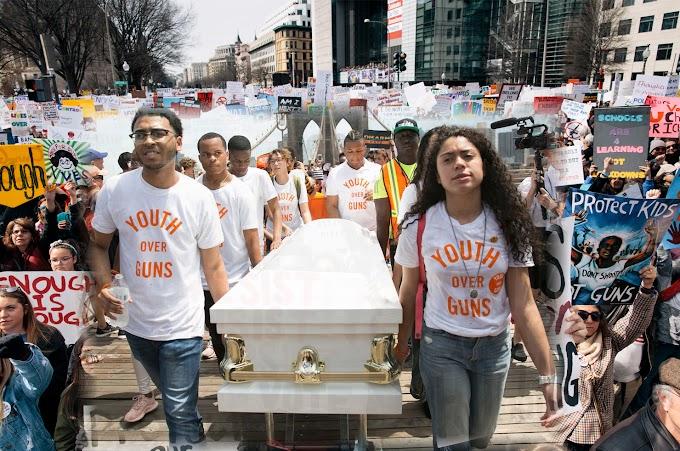 Exhibiendo ataúdes miles de jóvenes marcharon contra las armas en Nueva York apoyados por padres, celebridades y políticos