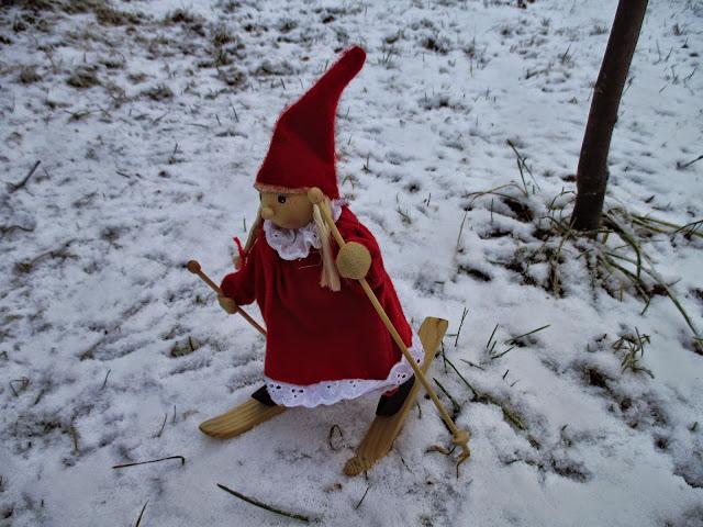 tonttutyttö, lumi, joulu tunnelma, tonttu hiihtää