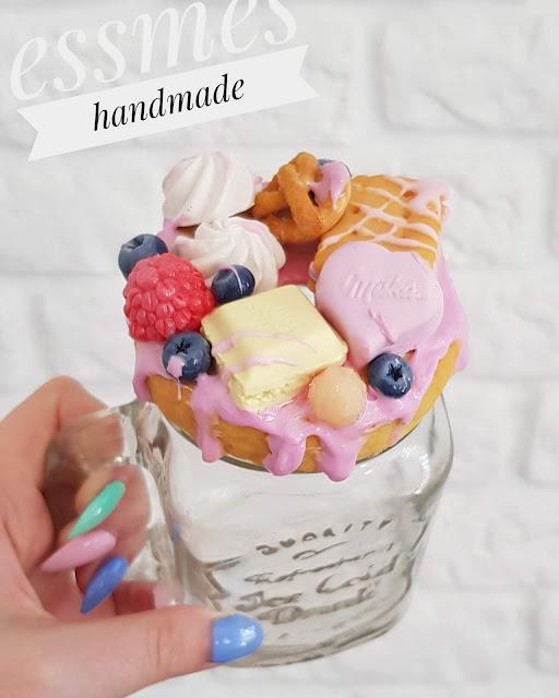 Kubek ze słodyczami i owocami -Milka,precel,maliny,jagody,herbatnik