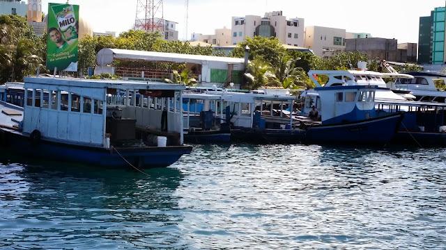 Ferrys en el embarcadero de la Terminal de Villingilli (Malé)