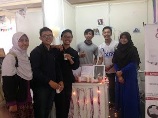 Pengunjung booth bazaar Emmh! Snack