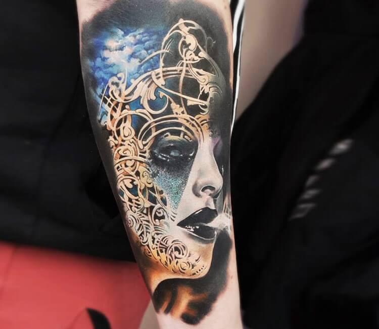 Tatuaje de un rostro de máscara