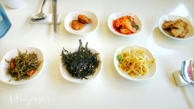 kita pesen satu sajian tapi yang tiba niscaya rombongan Aneka Banchan di Restoran Korea | 반찬 [Korea Selatan]