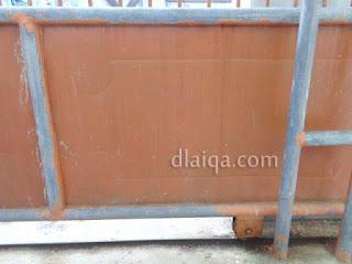 bagian pagar yang akan dikelupas catnya