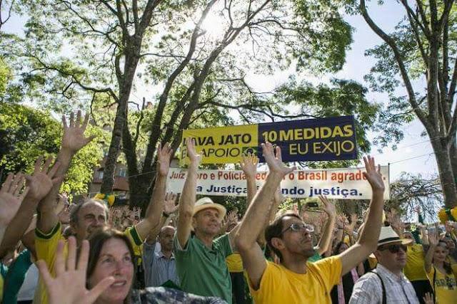 Manifestantes se reúnem em defesa da operação Lava-Jato em Curitiba