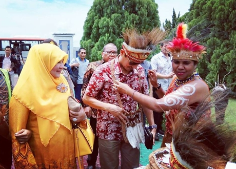 Berkunjung ke Papua, Gubernur Irwan Prayitno di Sambut Menteri Yohana Yembise