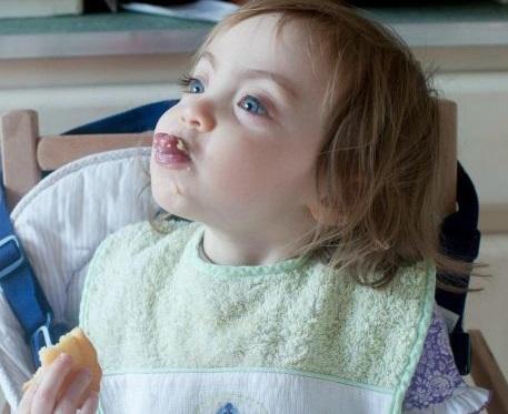 ¿Cómo puedo hacer que mi niño deje de escupir?