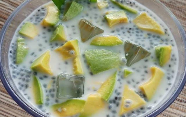 Es Buah tak hanya menyegarkan. Minuman dingin bercitarasa manis ini juga kaya akan vitamin. Sekarang, siapapun bisa membuatnya sendiri di rumah. Tak perlu terlalu repot, cukup ikuti petunjuk resep es buah di bawah ini.