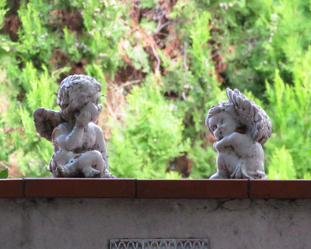 Little angels on the wall of a villa, Viale Mameli, Livorno