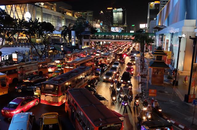http://www.lilikus.be/2016/03/conversation-dans-le-skytrain-de-bangkok.html
