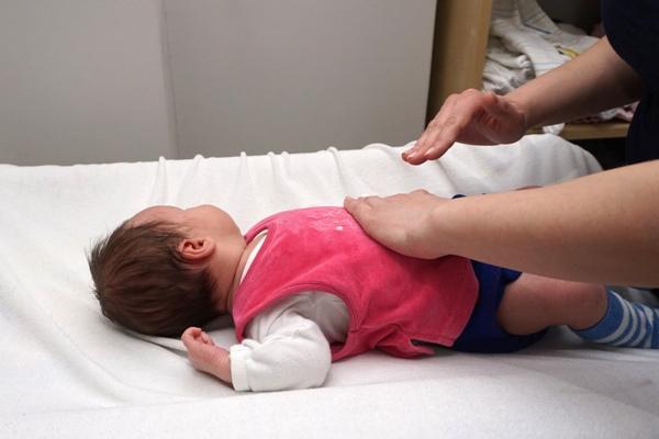 Mama i córka, na brzuszku, gimnastyka maluszka, noworodek, niemowle, masaż antykolkowy