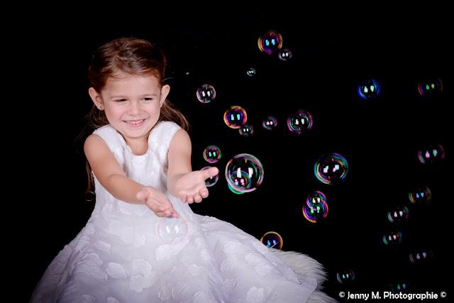 photo enfants avec bulles colorées