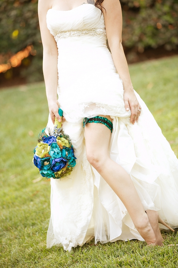feather+wedding+theme+inspiration+blue+teal+turquoise+beige+champagne+green+reception+table+centerpiece+table+place+setting+escort+card+cards+bouquet+bridesmaids+dresses+bridal+dress+gown+meghan+wiesman+photography+24 - Show your feathers!