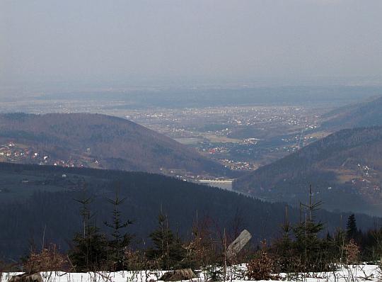 Na wysokości wsi Porąbka dolina Soły otwiera się na Pogórze Wilamowickie, gdzie widać Kęty i bezpośrednio przylegające Bulowice.