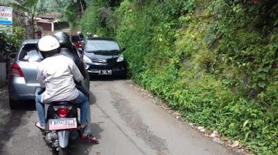 Tips Panduan Mengendarai Mobil dengan Baik di Jalan Sempit