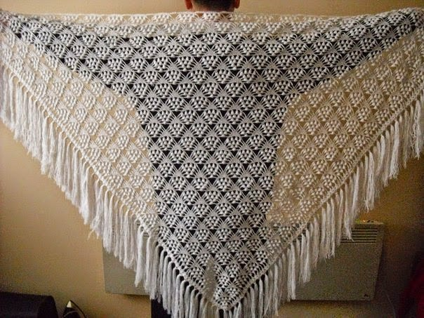 Chal tejido al crochet forma triangulo