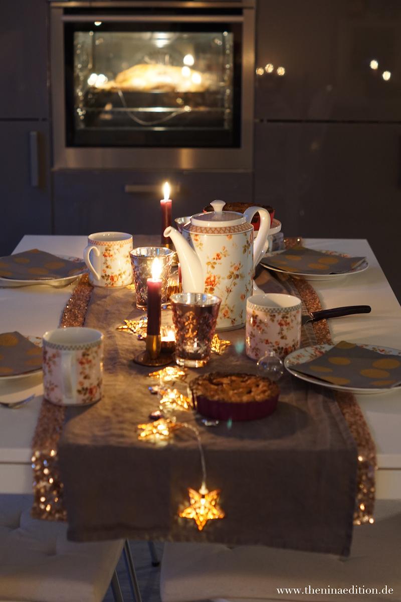 weihnachtliche Teetafel mit Blick auf die Gans im Ofen