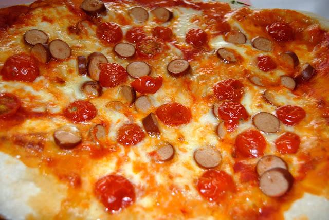 Pizza con Tomates Cherry y Salchichas. Receta