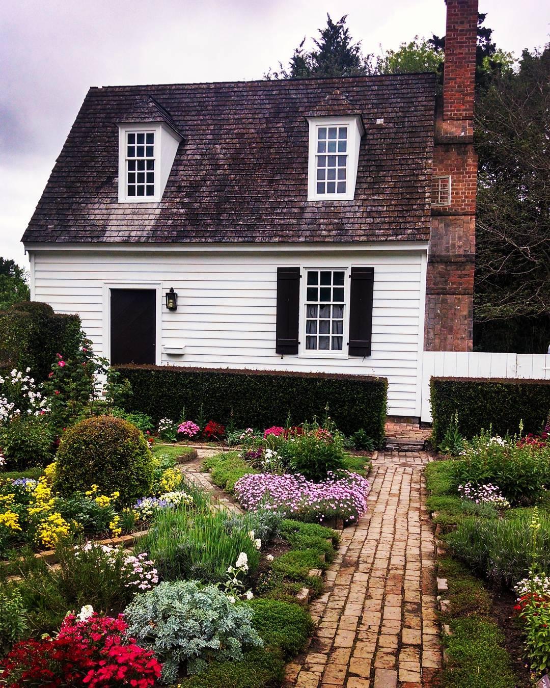 Garden Cottage: Sweet Cottage With Front Garden